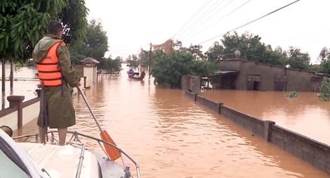 Tiếp tục khẩn trương ứng cứu, giúp đỡ người dân trong vùng đỉnh lũ