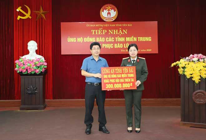 Công an Yên Bái ủng hộ 300 triệu đồng chia sẻ với đồng bào miền Trung