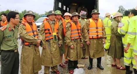 Công an Quảng Bình sát cánh với người dân phòng chống bão số 13