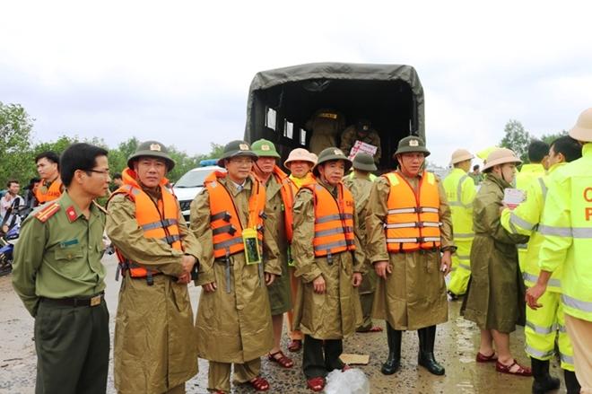 Công an Quảng Bình sát cánh với người dân phòng chống bão số 13 - Ảnh minh hoạ 3
