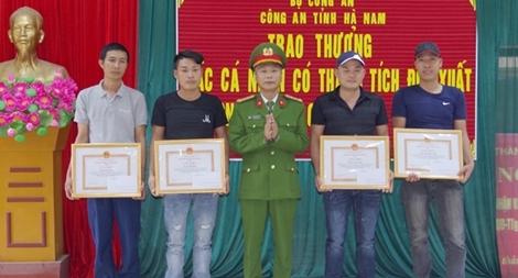 Trao thưởng cho 6 công dân có thành tích trong đấu tranh phòng, chống tội phạm