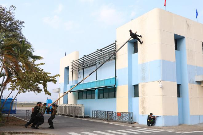 Diễn tập phương án chống khủng bố bắt giữ con tin - Ảnh minh hoạ 5