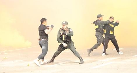 Diễn tập phương án chống khủng bố bắt giữ con tin