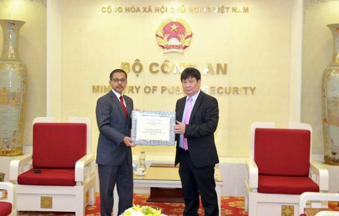 Bộ Công an Việt Nam trao khẩu trang y tế tặng Hội Chữ thập đỏ Ấn Độ
