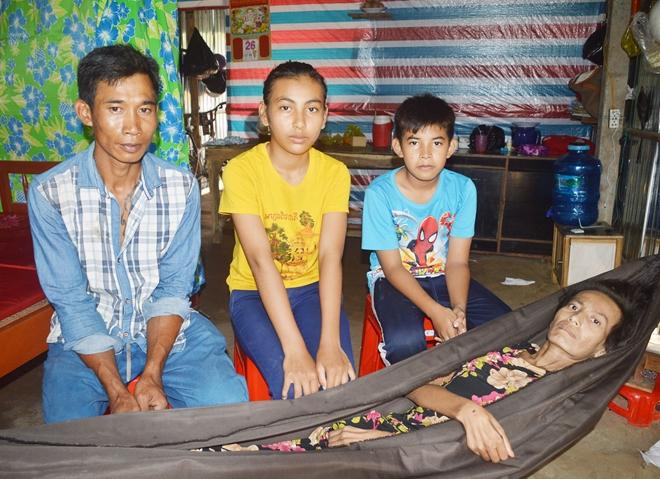 Mẹ bệnh hiểm nghèo, 2 con nguy cơ bỏ học cần sự giúp đỡ