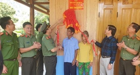 Bàn giao nhà tình nghĩa cho hai hộ gia đình tại huyện Nam Trà My