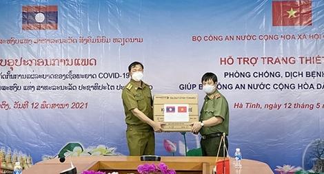 Trao tặng Bộ Công an Lào vật tư phòng, chống dịch COVID-19