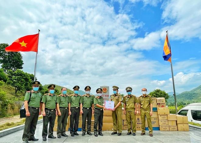 Công an tỉnh Sơn La trao vật tư y tế cho Công an các tỉnh Bắc Lào