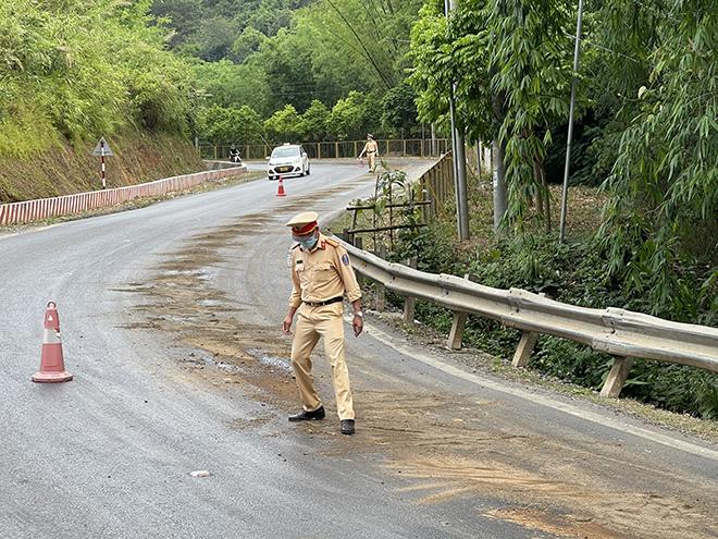 CSGT làm... công nhân dọn đường vì vệt dầu loang dài nửa km