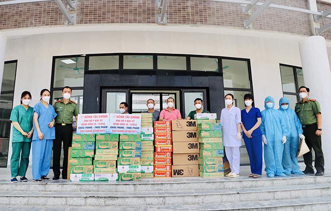 Tiếp nhận ủng hộ các y, bác sĩ CAND tại Bệnh viện Dã chiến số 2 Bắc Giang chống dịch