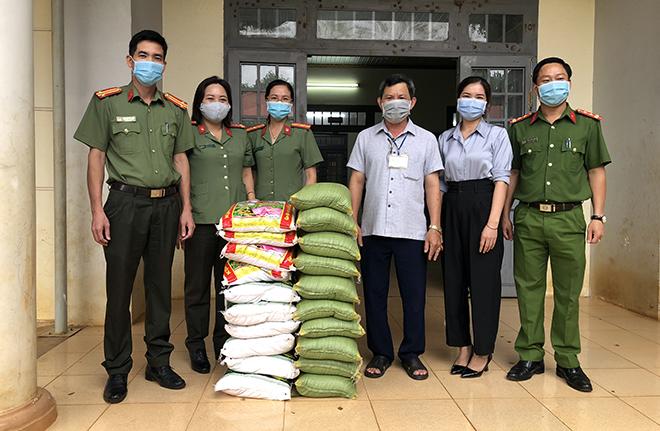 Công an tỉnh Đắk Nông tổ chức thăm, tặng quà các cháu thiếu nhi có hoàn cảnh đặc biệt - Ảnh minh hoạ 2