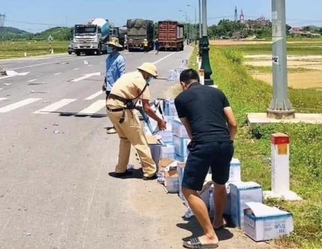 Giữa trời nắng, CSGT thu gom chai nước bị rơi vãi cho tài xế