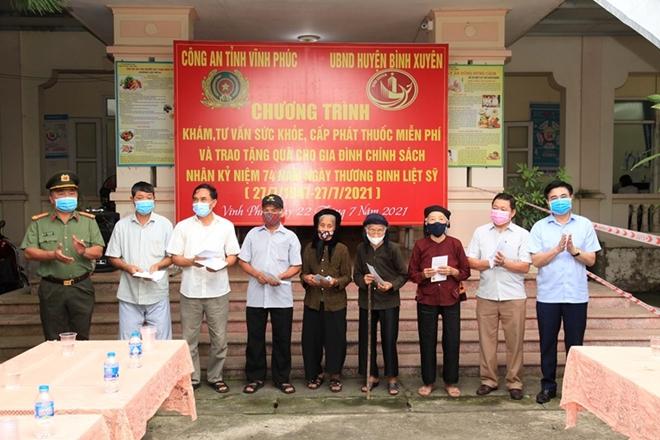 Công an tỉnh Vĩnh Phúc tặng hơn 200 suất quà cho người có công với cách mạng