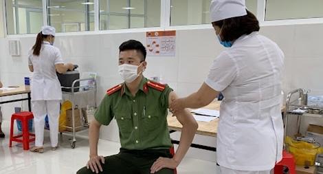 Công an Sơn La tiêm vaccine phòng COVID-19 đợt 3 cho CBCS