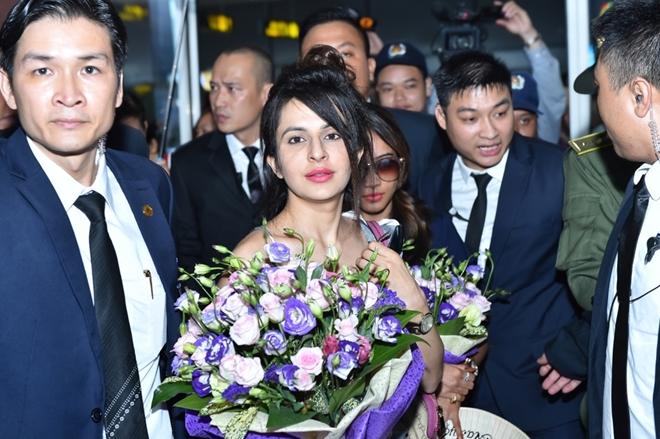 Dàn sao 'Cô dâu 8 tuổi' bị khán giả 'bủa vây' tại sân bay Nội Bài - Ảnh 2