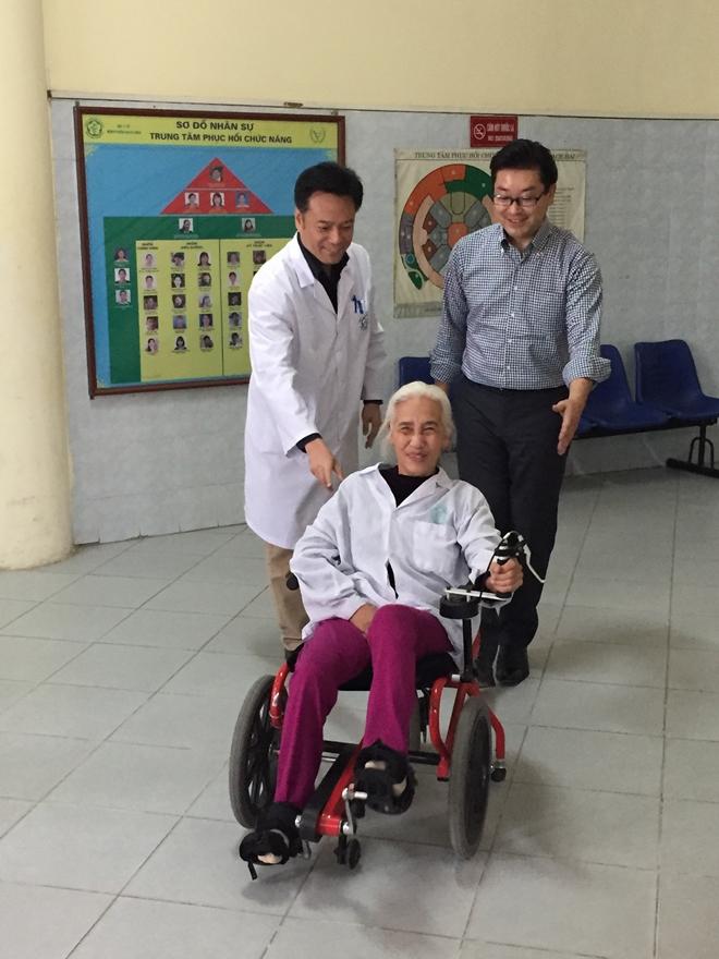 Ứng dụng xe lăn đạp chân vào phục hồi chức năng tại Bệnh viện Bạch Mai