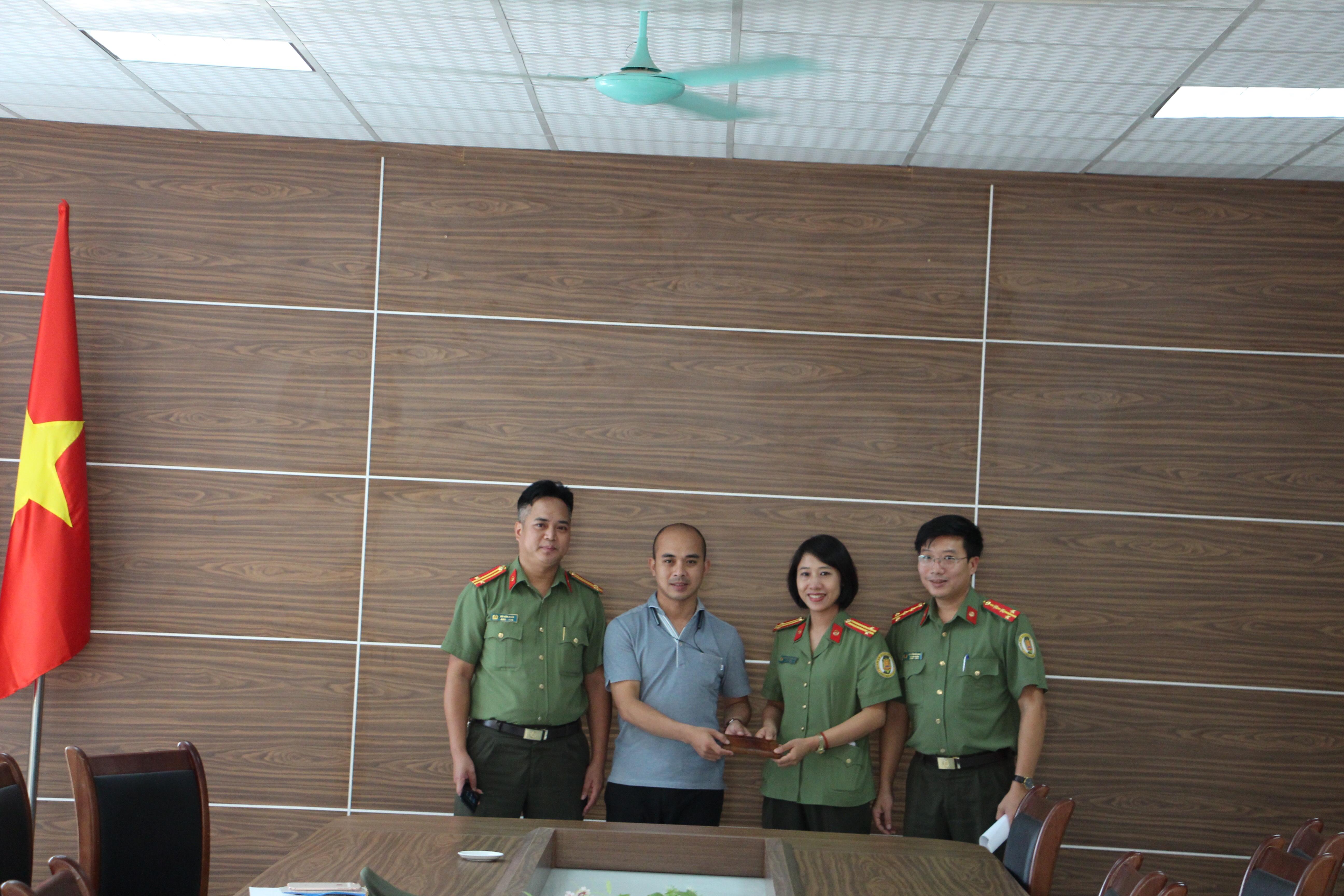 Hành khách cảm kích nhận lại 6 chỉ vàng làm rơi ở Sân bay Nội Bài