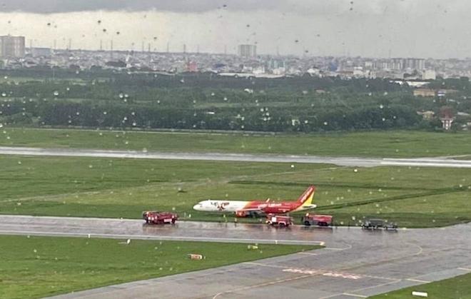 Máy bay hạ cánh lệch đường băng
