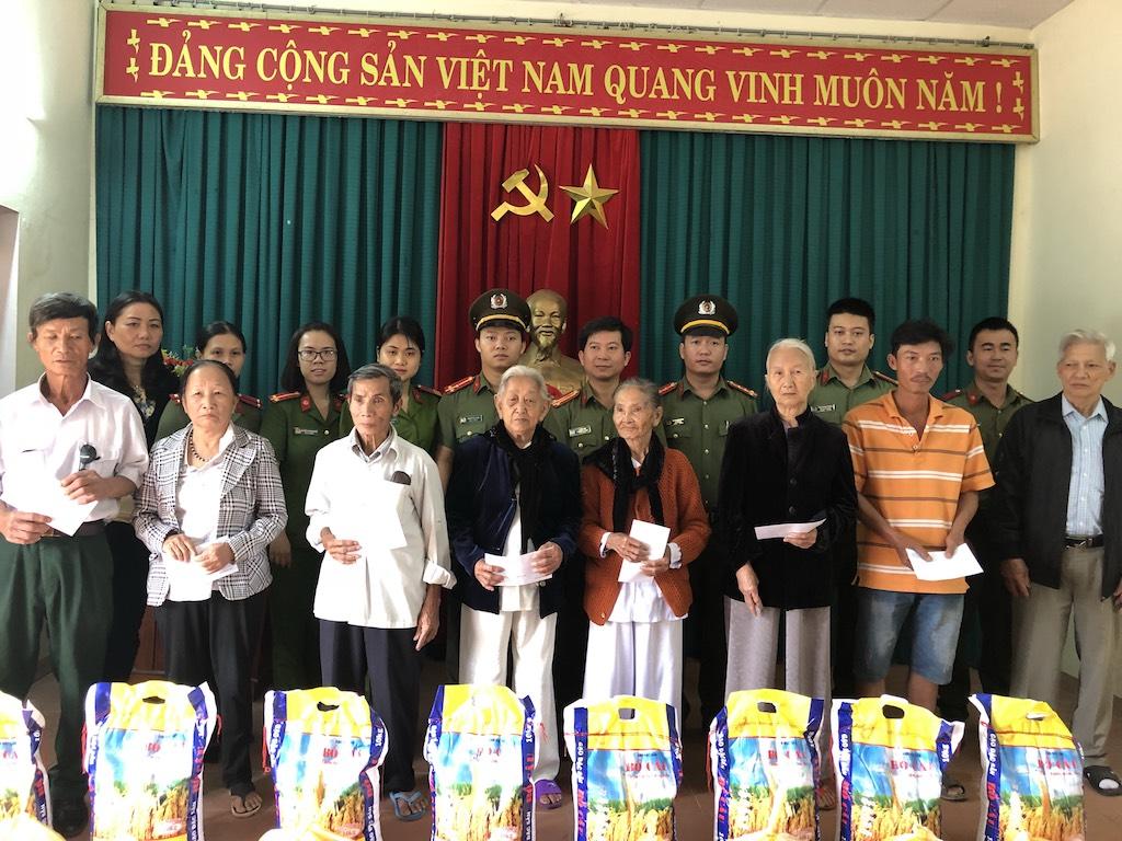 Công an quận Hải Châu về thăm Khu di tích An ninh Đông Hồ