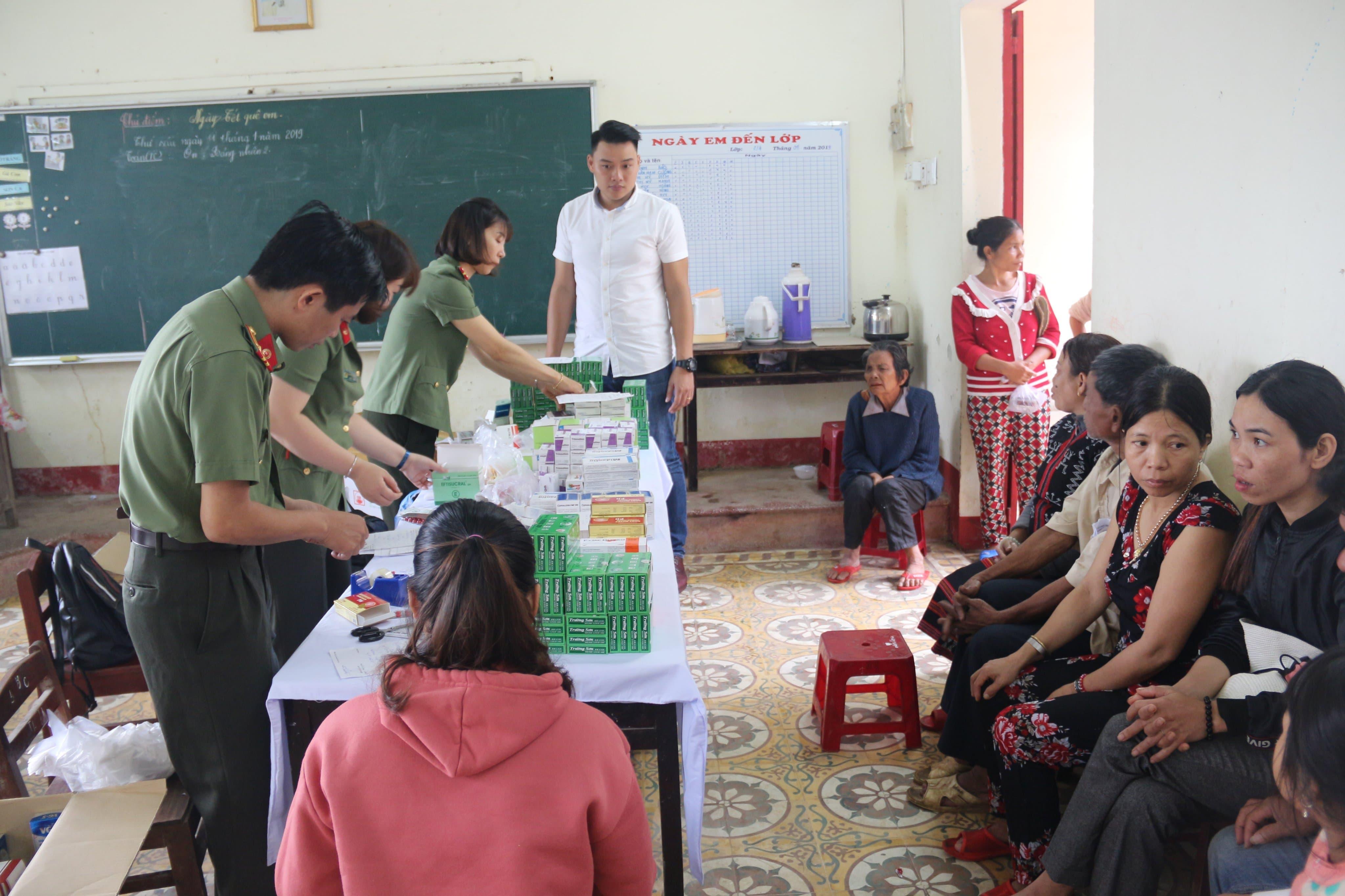 Bệnh viện 199 khám và cấp phát thuốc cho người dân Hòa Phú