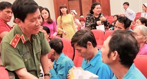 Thứ trưởng Bộ Công an Nguyễn Văn Sơn tặng quà tết cho bệnh nhân ung thư