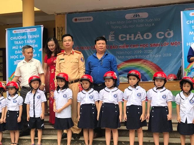 CSGT tặng mũ bảo hiểm cho học sinh ở thị trấn Xuân Mai, Hà Nội - Ảnh minh hoạ 2