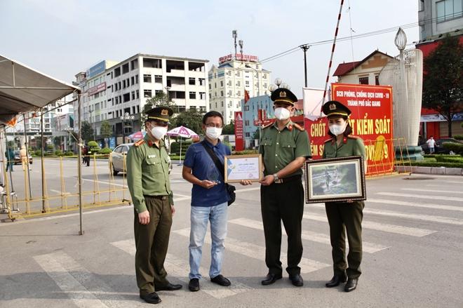 Những khoảnh khắc không quên giữa tâm dịch Bắc Giang - Ảnh minh hoạ 4