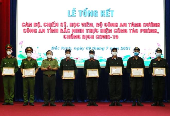 Khen thưởng các cán bộ Công an tăng cường chống dịch - Ảnh minh hoạ 2