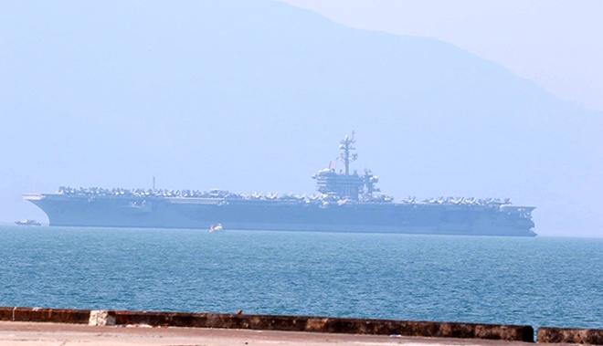 Tàu sân bay USS CARL VINSON tại cảng Tiên Sa.