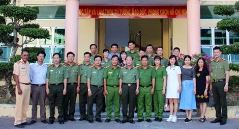 Báo CAND giao lưu với Công an huyện Trần Văn Thời