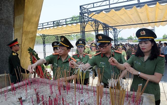 Báo CAND tri ân các liệt sĩ trong hành trình về nguồn tại Quảng Trị 1 - Ảnh minh hoạ 14