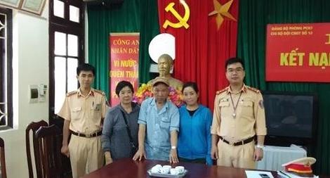 CSSGT Hà Nội tìm gia đình cụ ông bị tai biến, lạc đường