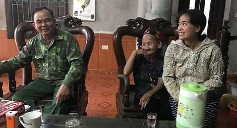 CSGT giúp cụ bà hơn 90 tuổi lạc đường tìm được người thân