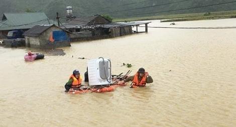 Công an bám địa bàn, giúp nhân dân trong mưa lũ