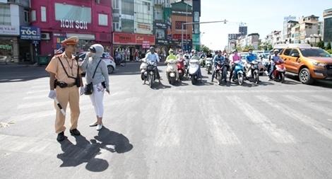 """Cảnh sát giao thông """"phơi mình"""" bám đường ngày nắng nóng"""