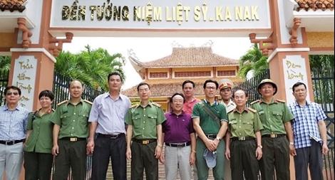 Đoàn công tác Báo CAND dâng hương Nghĩa trang liệt sĩ huyện KBang1