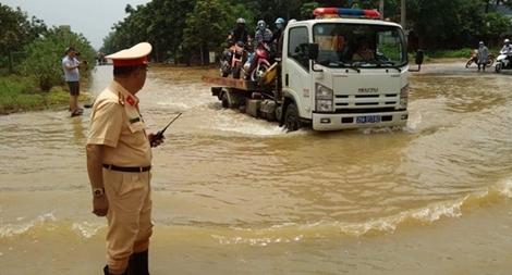 CSGT Hà Nội dùng xe chuyên dụng đưa dân qua vùng ngập1