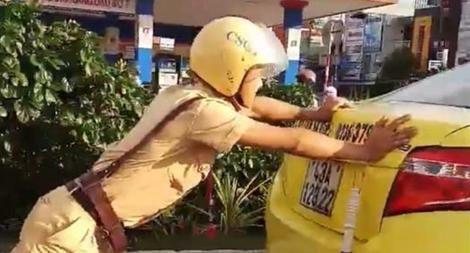 Hình ảnh CSGT Đà Nẵng giúp tài xế taxi được cộng đồng mạng ngợi khen