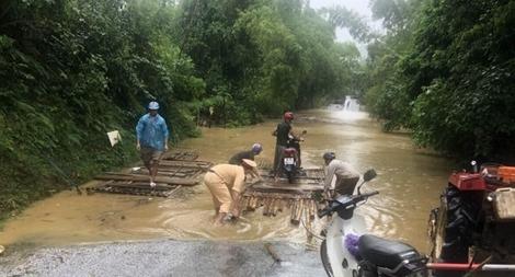 """CSGT Thanh Hoá """"cắm chốt"""" hướng dẫn người dân vượt lũ"""
