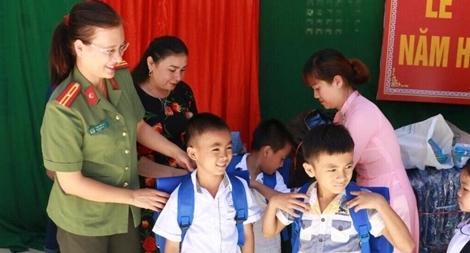 Tặng gần 1.000 suất quà cho học sinh vùng lũ Quan Hóa, Thanh Hóa