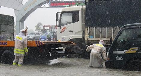 Công an TP Vinh dầm mình trong mưa rét giúp dân trên các tuyến đường ngập