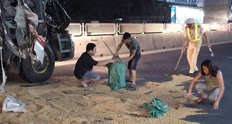CSGT Quảng Trị giúp tài xế gom ngô rơi vãi sau tai nạn