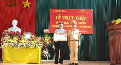 """Trao tặng bằng """"Tổ quốc ghi công"""" cho gia đình Trung tá Trần Văn Vang"""
