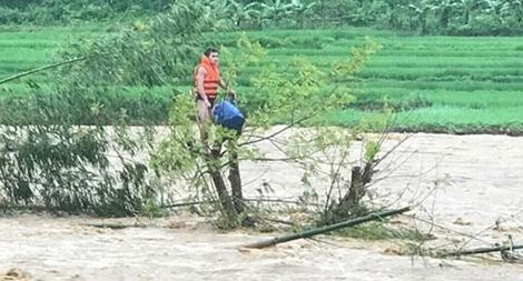 Công an Thanh Hoá vật lộn trong lũ dữ cứu người dân mắc kẹt trên cây