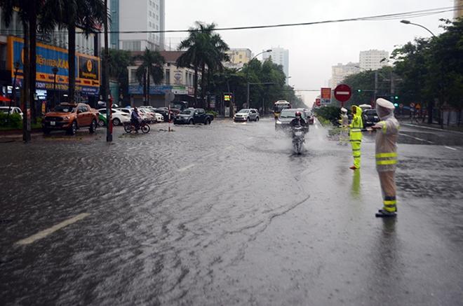 Ngâm mình trong nước, giúp dân thoát khỏi vùng ngập lụt - Ảnh minh hoạ 11