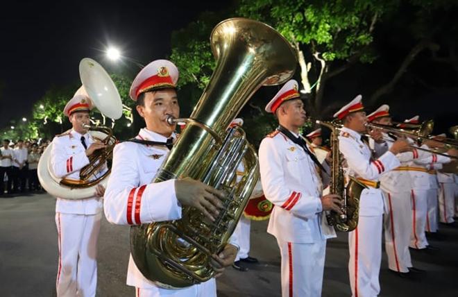 Những hành khúc Công an bên Hồ Gươm khiến du khách ngạc nhiên thán phục - Ảnh minh hoạ 8