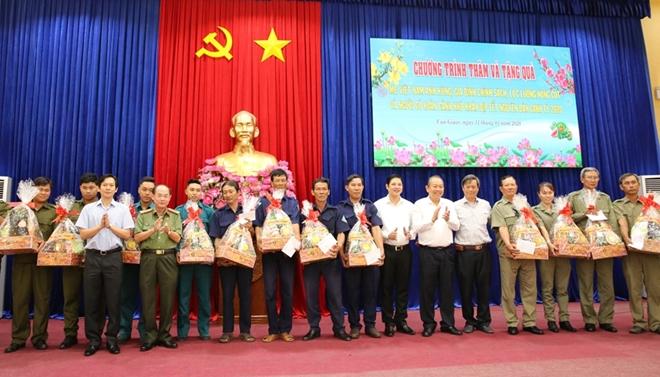 Phó Thủ tướng Thường trực Trương Hòa Bình trao quà Tết cho người nghèo