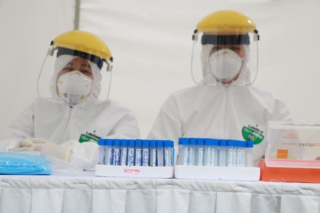 17 trường hợp test nhanh dương tính ở Hà Nội, đều âm tính khi xét nghiệm lại