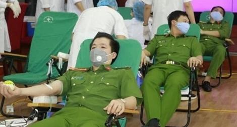 Cảnh sát phòng cháy hiến máu tình nguyện và ủng hộ phòng, chống dịch COVID-19