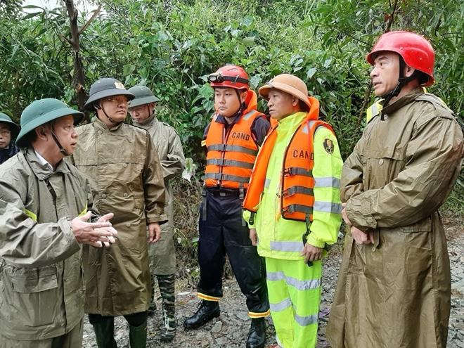 Vượt mưa lũ đưa thi thể nạn nhân thủy điện Rào Trăng 3 trở về - Ảnh minh hoạ 9